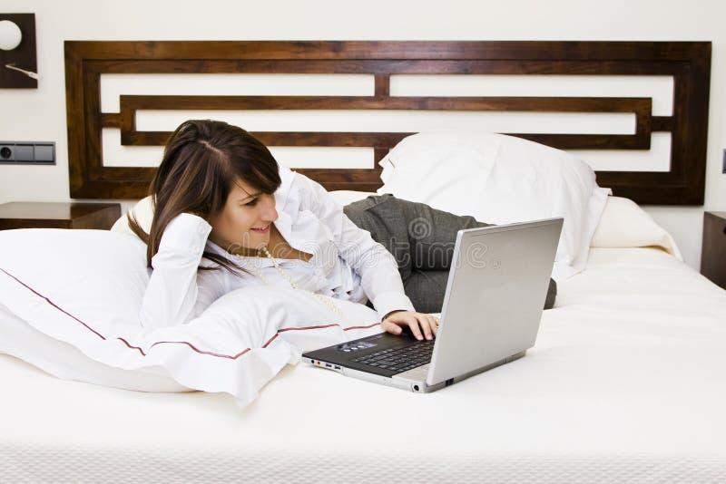 Download коммерсантка кровати стоковое фото. изображение насчитывающей дом - 6851362