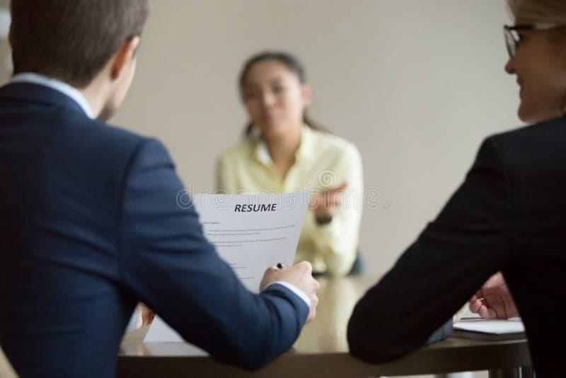 Коммерсантка, менеджеры HR бизнесмена интервьюируя азиатскую женщину стоковое фото rf