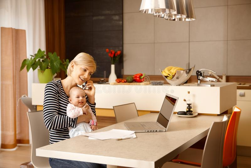 Коммерсантка дома с младенцем стоковое фото rf