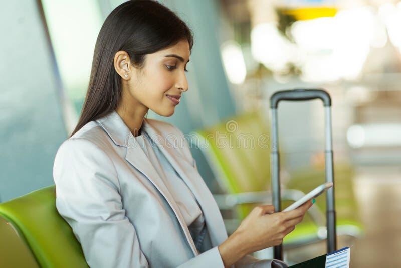 Коммерсантка отправляя СМС умный телефон стоковые фото