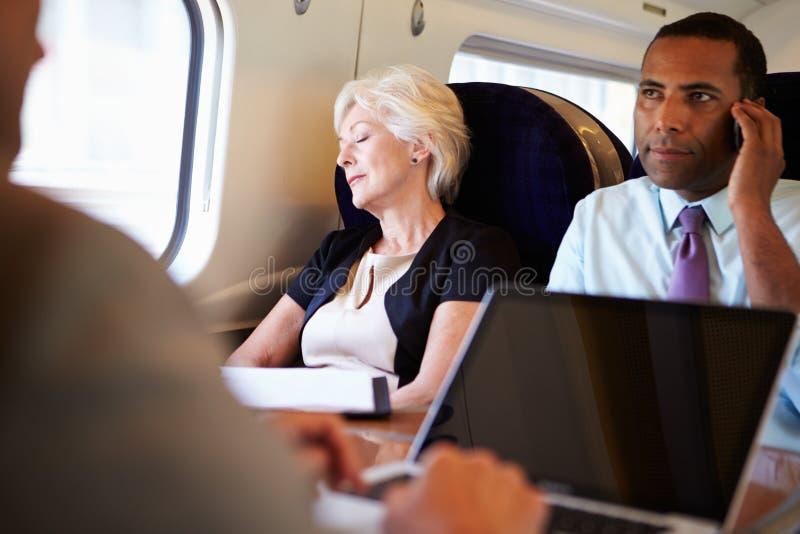 Коммерсантка отдыхая на поездке на поезде стоковое изображение