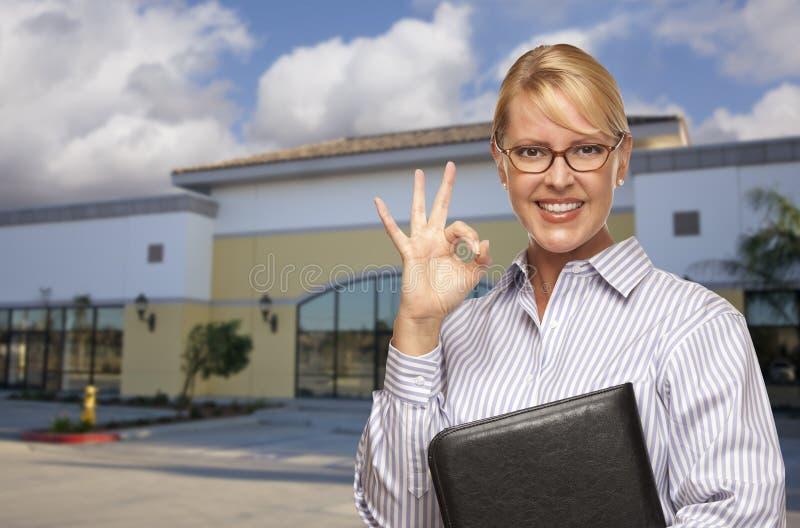 Коммерсантка перед вакантным офисным зданием стоковая фотография