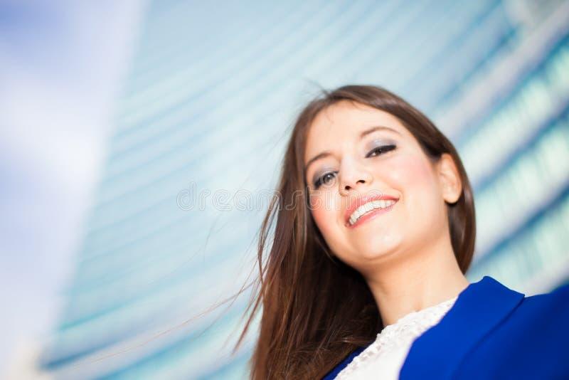 Download Коммерсантка перед небоскребом Стоковое Фото - изображение насчитывающей жизнерадостно, счастье: 37929924