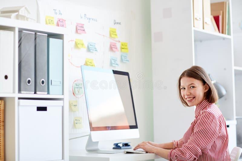Коммерсантка печатая на компьютере стоковые изображения