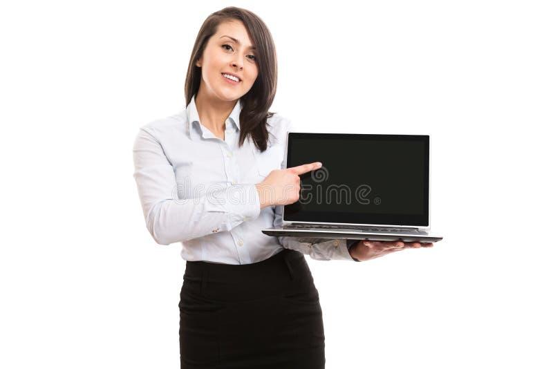 Коммерсантка показывая экран netbook компьтер-книжки стоковое фото rf