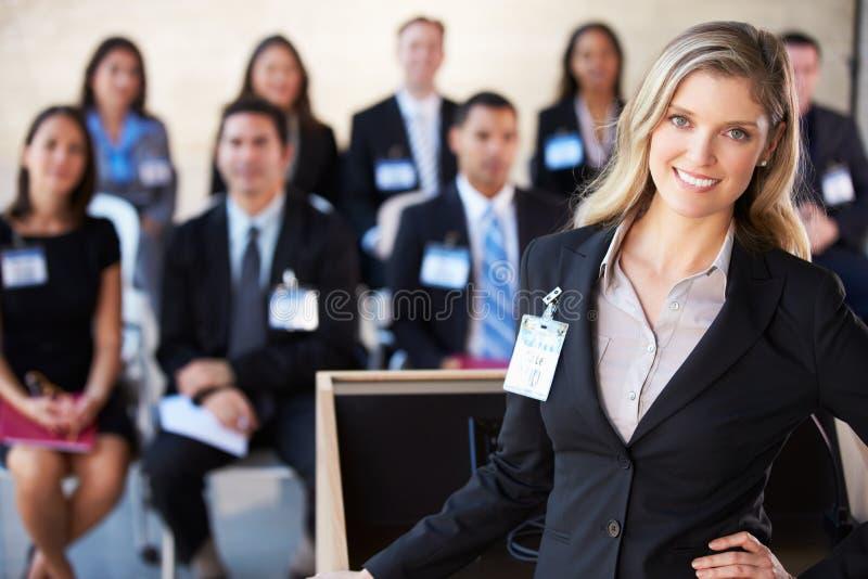 Коммерсантка поставляя представление на конференции стоковое фото