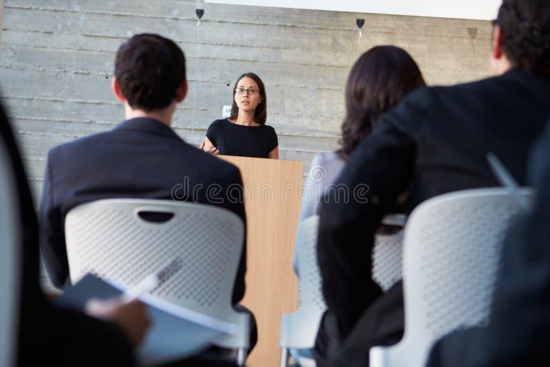 Коммерсантка поставляя представление на конференции стоковое фото rf