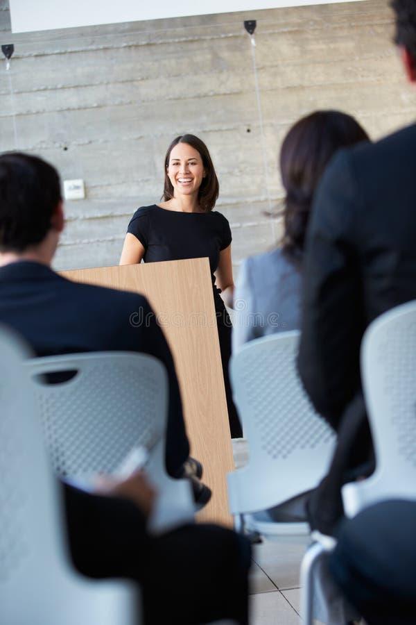 Коммерсантка поставляя представление на конференции стоковое изображение rf