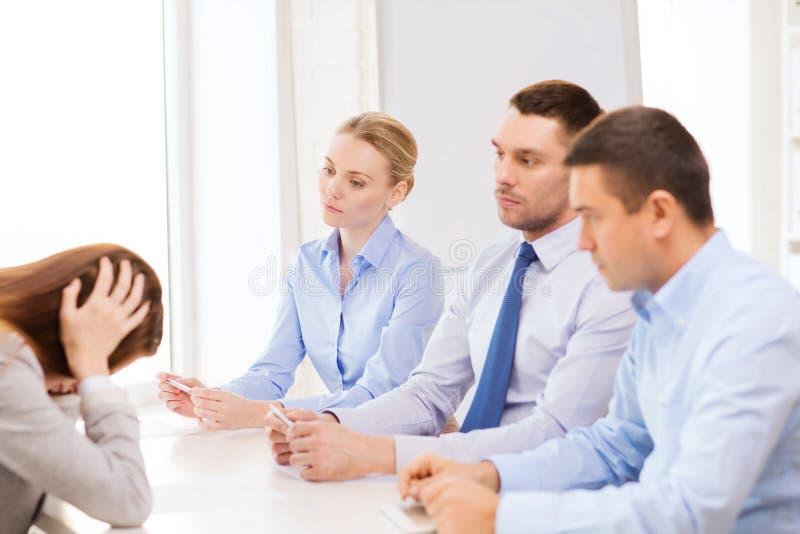 Коммерсантка получая увольнянный в офисе стоковые изображения rf