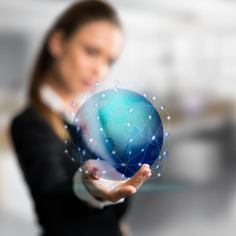 Коммерсантка представляя голографический глобус стоковое изображение rf