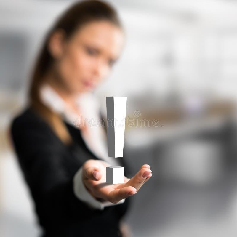 Коммерсантка представляя exclamationmark как символ для решения стоковая фотография