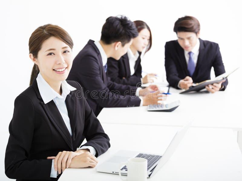 Коммерсантка при бизнесмены имея встречать совместно стоковая фотография rf