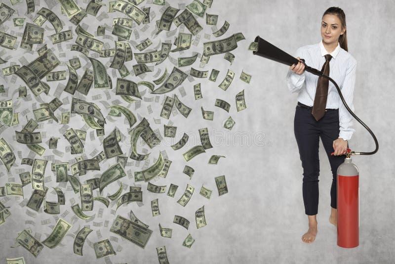 Коммерсантка производит деньги с помощью машине стоковое изображение rf