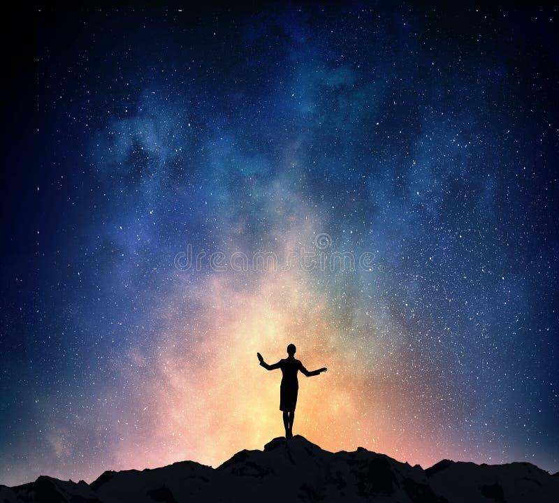 Download Коммерсантка против звёздного неба Мультимедиа Стоковое Фото - изображение насчитывающей ноча, перемещение: 81807966