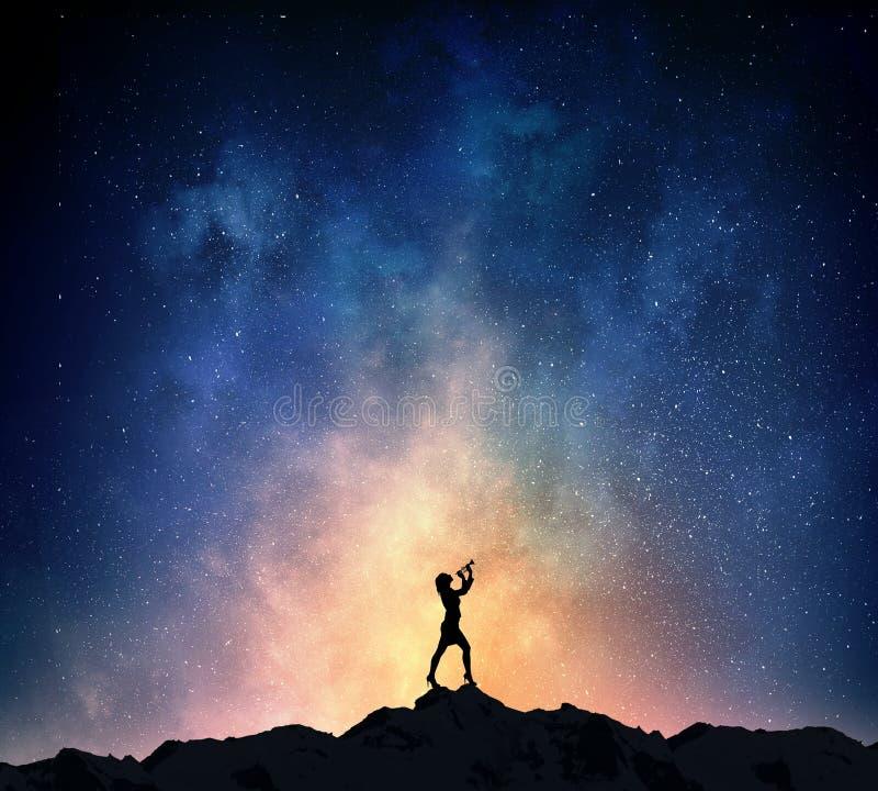 Download Коммерсантка против звёздного неба Мультимедиа Стоковое Изображение - изображение насчитывающей пыль, силуэт: 81808747