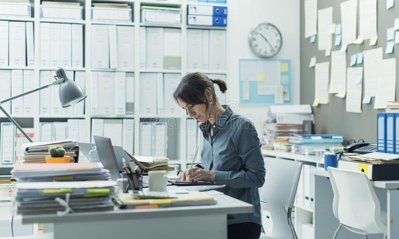 Коммерсантка работая в офисе стоковое изображение
