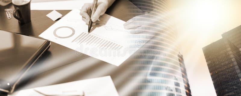 Коммерсантка работая на бизнес-отчете; множественная выдержка стоковое изображение
