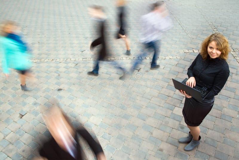 Коммерсантка работая на компьтер-книжке стоковое фото