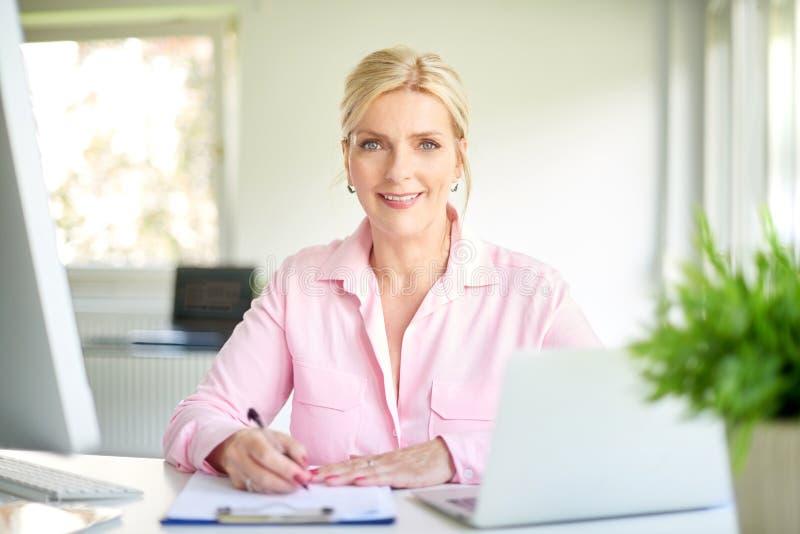 Коммерсантка работая на офисе стоковое изображение rf