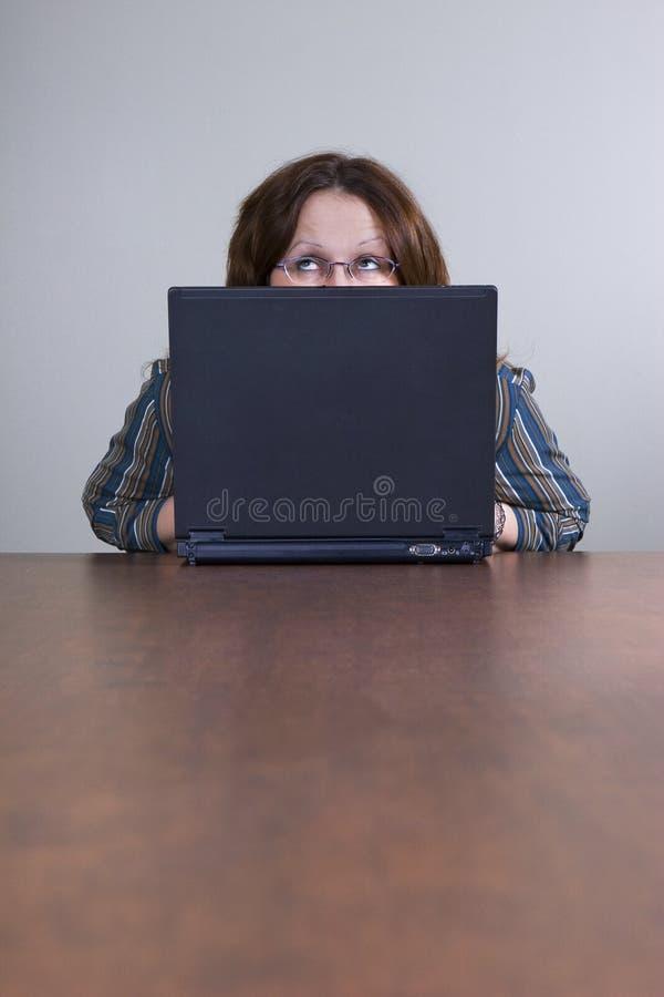 коммерсантка смотря вверх стоковая фотография
