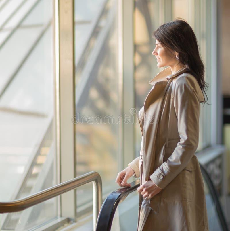 Коммерсантка смотря из окна стоковое изображение