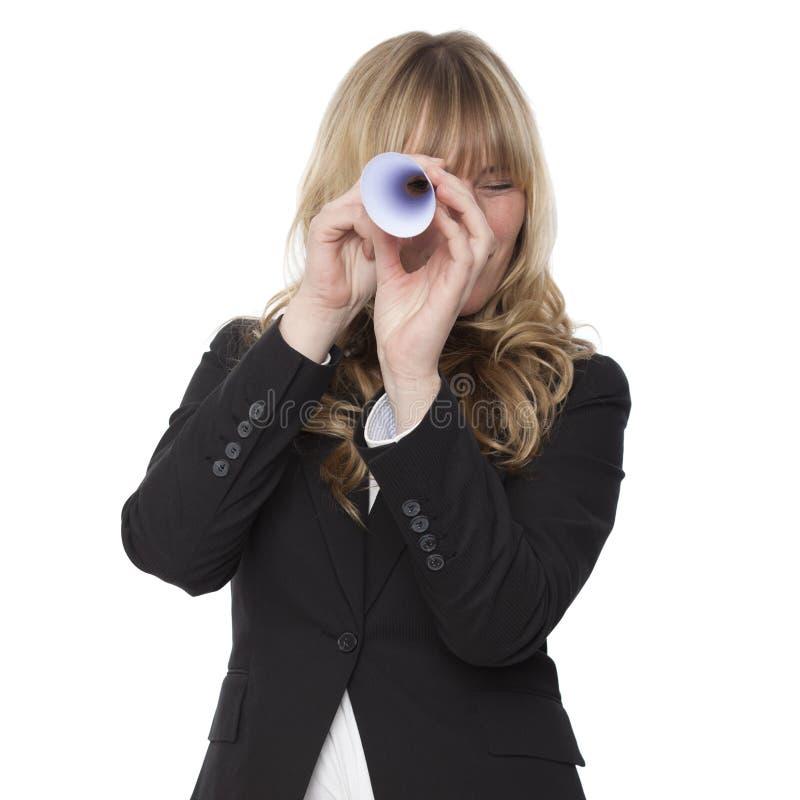 Коммерсантка смотря через бумажный телескоп стоковое изображение rf
