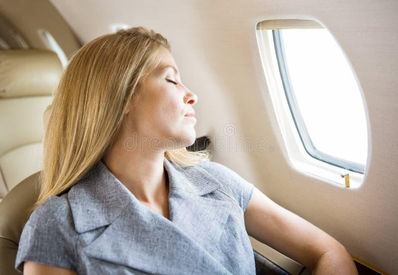 Коммерсантка спать при закрытых дверях двигатель стоковые изображения