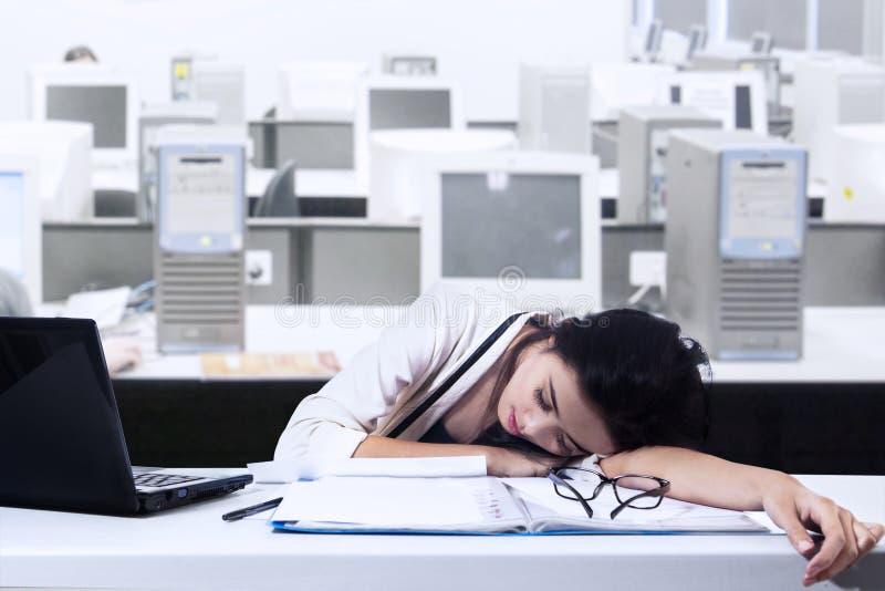 Коммерсантка спит в офисе стоковое изображение rf