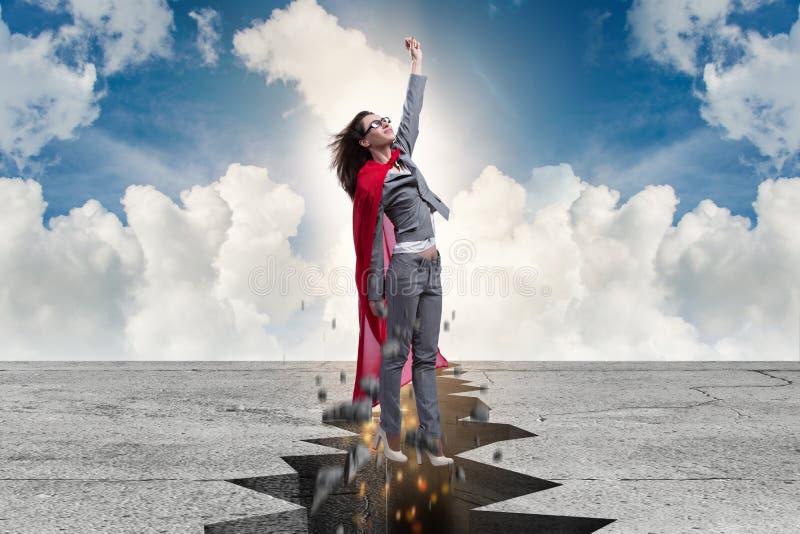Коммерсантка супергероя избегая от затруднительного положения стоковая фотография rf