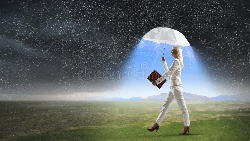 Коммерсантка с белым зонтиком Мультимедиа стоковая фотография