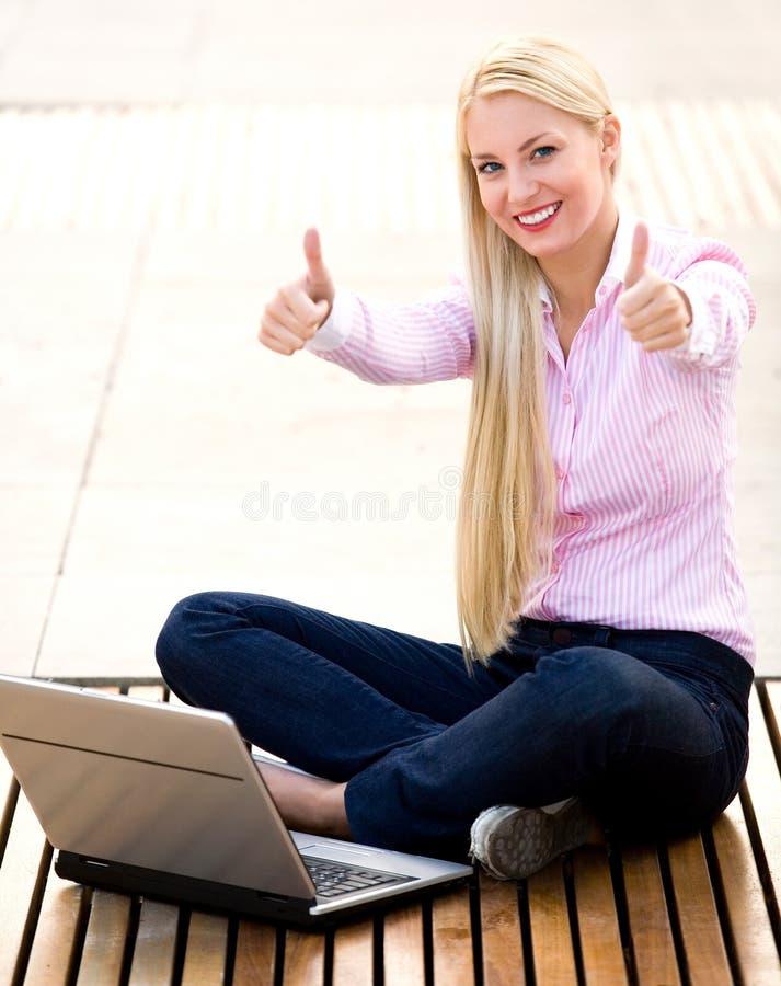 Коммерсантка с большими пальцами руки вверх стоковое фото rf