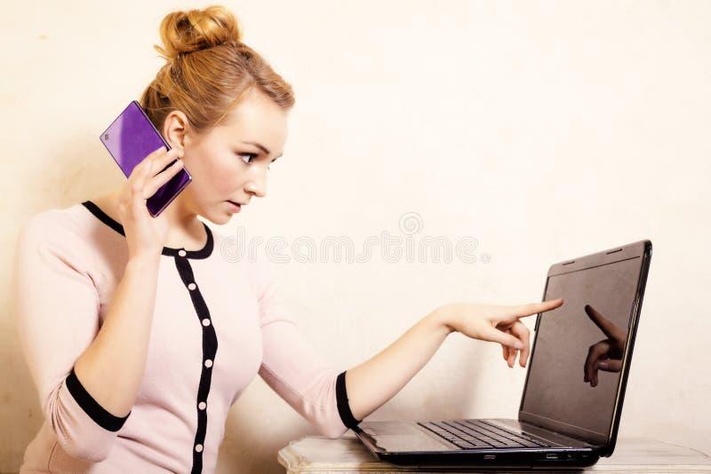 Download Коммерсантка с компьтер-книжкой касающего экрана телефона Стоковое Фото - изображение насчитывающей соединение, дом: 40587690