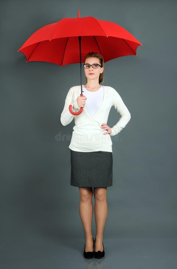 Коммерсантка с красным зонтиком стоковое фото rf