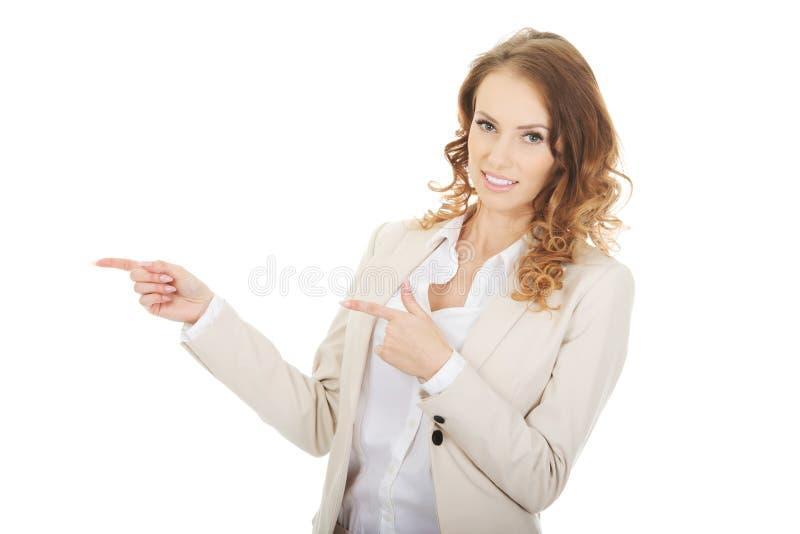 Коммерсантка указывая в сторону стоковые фото