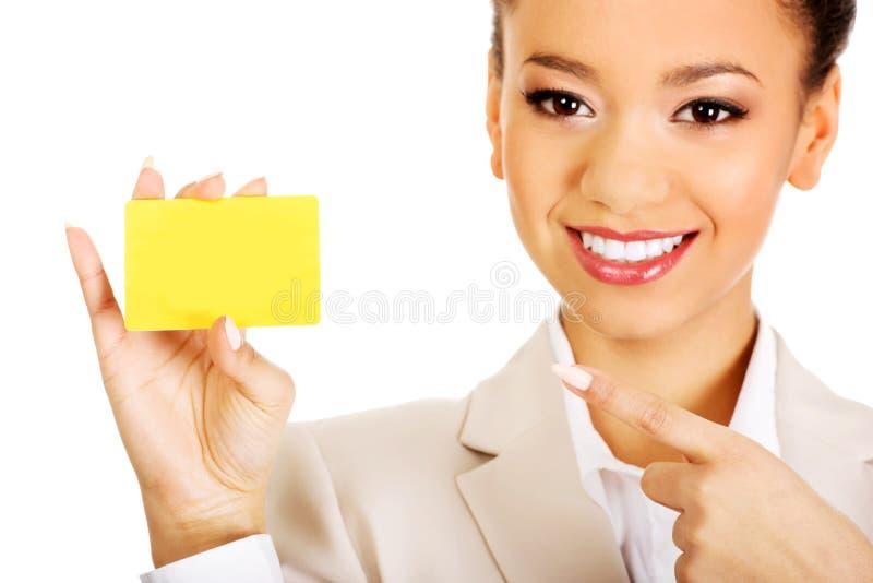 Коммерсантка указывая на карточку стоковое фото rf