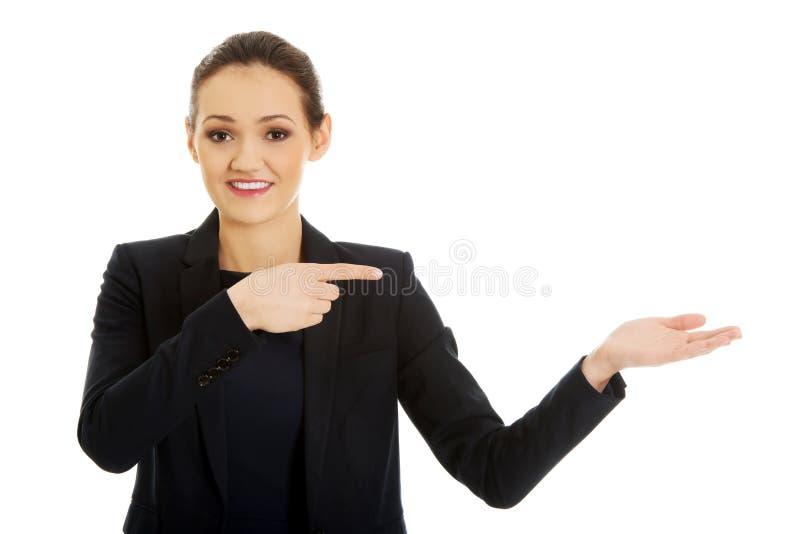 Коммерсантка указывая на пустую руку стоковое фото rf