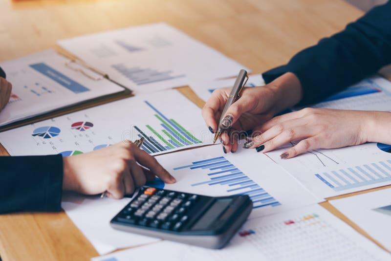 Коммерсантка указывая ручка на деловом документе на конференц-зал Диаграммы и диаграммы данным по обсуждения и анализа показывая  стоковые фото