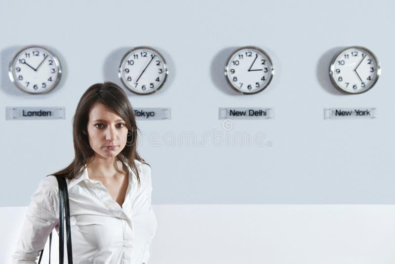 коммерсантка хронометрирует переднюю зону мира времени стоковая фотография rf