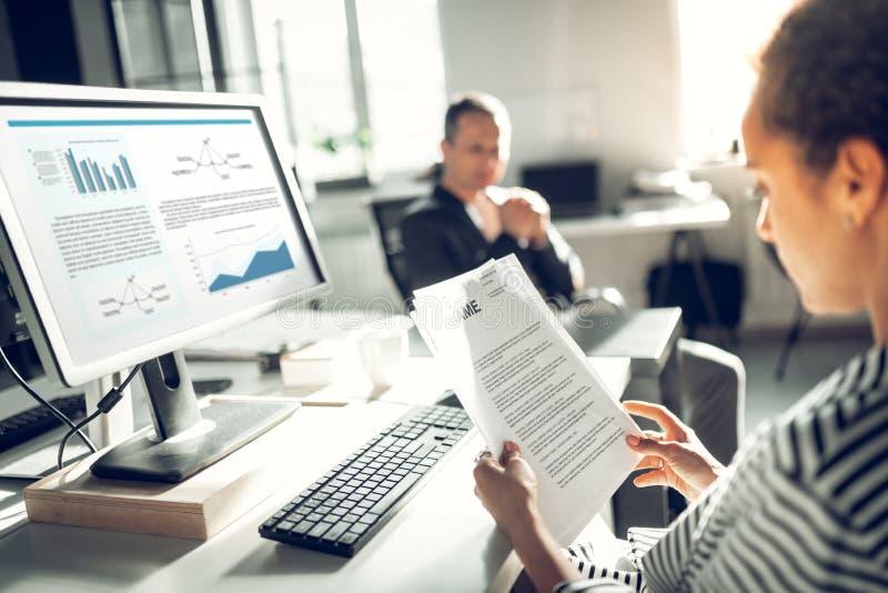 Коммерсантка читая CV юриста перед собеседованием для приема на работу стоковое изображение rf