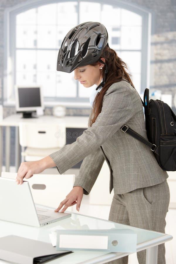 коммерсантка bike выходя детеныши офиса стоковые изображения rf