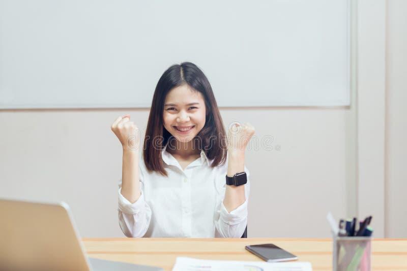 Коммерсантки счастливы преуспеть в работе, и показывают документ на таблице стоковые фотографии rf