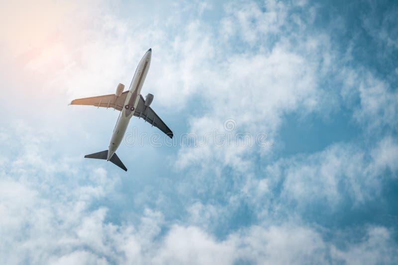 Коммерческая авиакомпания Пассажирский самолет принимает в аэропорт с красивым голубым небом и белыми облаками Выходить полет стоковые фотографии rf