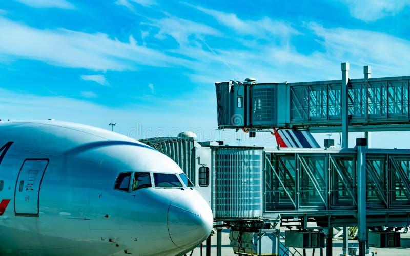 Коммерческая авиакомпания припаркованная на мосте двигателя для пассажира для того чтобы принять в аэропорт Мост восхождения на б стоковое изображение
