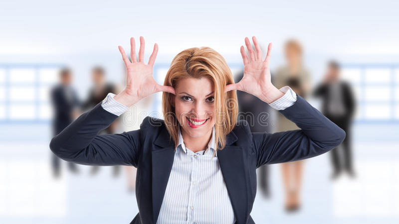 Коммерческий директор женщины действуя смешной и ребяческий стоковые фотографии rf