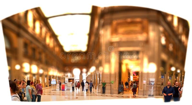 Коммерчески галереи в Италии Риме и спешенных туристах для того чтобы удовлетворять рванина сверхнормальных покупок стоковое фото