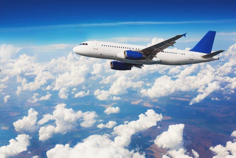 Коммерчески летание авиалайнера над облаками стоковое изображение
