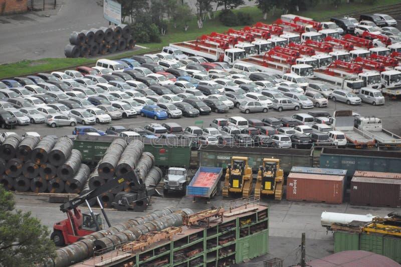 Коммерчески морской порт Владивостока - автомобили и сталь стоковые фото