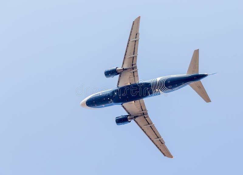 Коммерчески реактивные самолеты в голубом небе Фюзеляж самолета Авиация и транспорт стоковое фото rf
