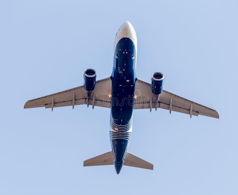 Коммерчески реактивные самолеты в голубом небе Фюзеляж самолета Авиация и транспорт стоковые фотографии rf