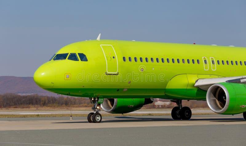Коммерчески реактивные самолеты на взлетно-посадочной дорожке Фюзеляж самолета Авиация и транспорт стоковое фото rf